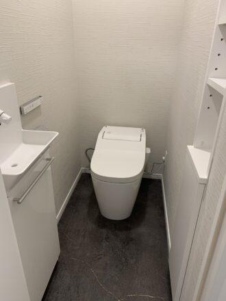 左に手洗器。右に造作の棚。使うものに合わせて作成。